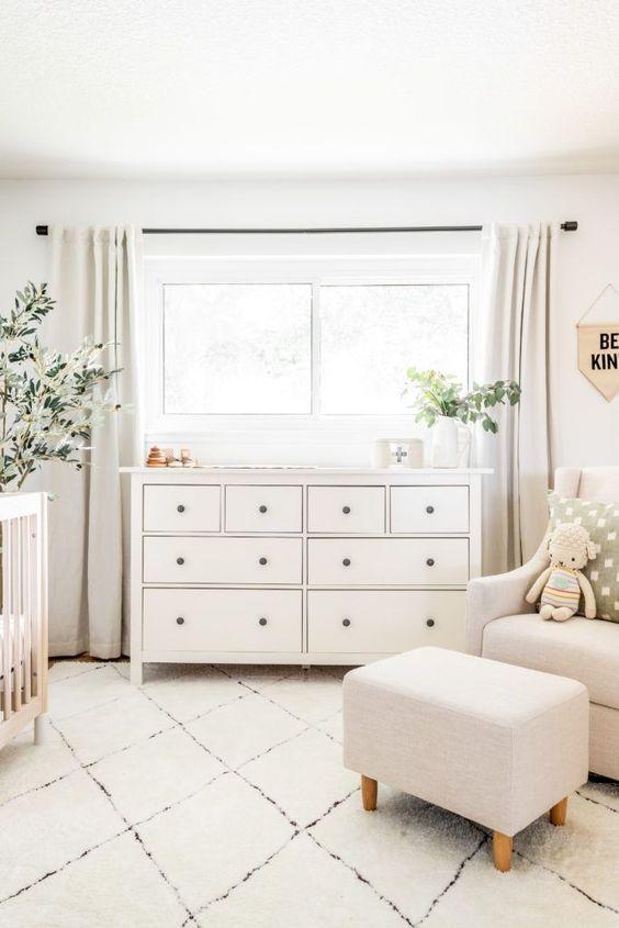 un semplice cameretta neutro con mobili contemporanei neutri, una culla in legno, piante in vaso e alcuni giocattoli