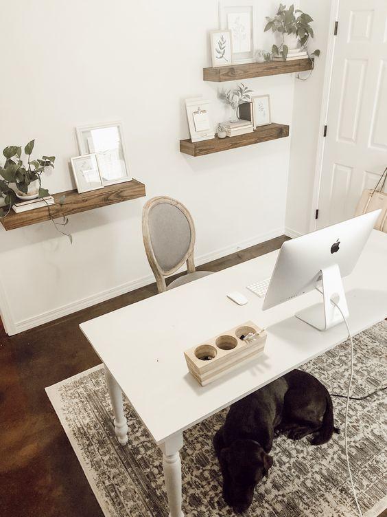 un moderno ufficio domestico accogliente e semplice con mensole sospese, una semplice scrivania bianca e una sedia raffinata più un tappeto stampato