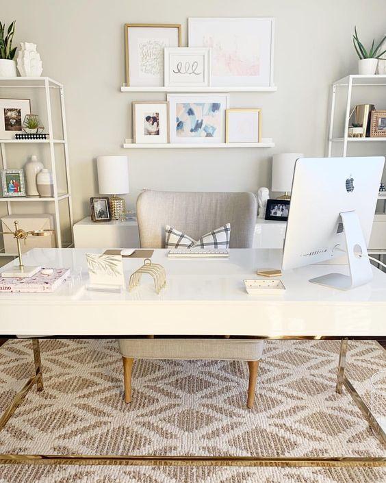 un elegante home office neutro con un'ampia scrivania, contenitori bianchi, armadi, una galleria a parete su sporgenze e una comoda sedia
