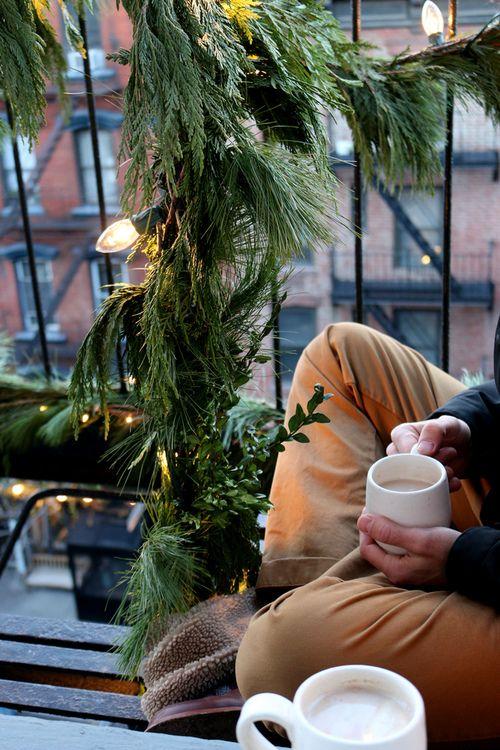 ghirlande di vegetazione lussureggiante e ghirlande con luci daranno un aspetto fresco e naturale al tuo balcone di Natale