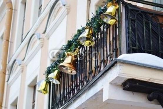 ghirlande verdi con grandi campane sembrano molto festive e audaci e daranno immediatamente un'atmosfera di vacanza allo spazio