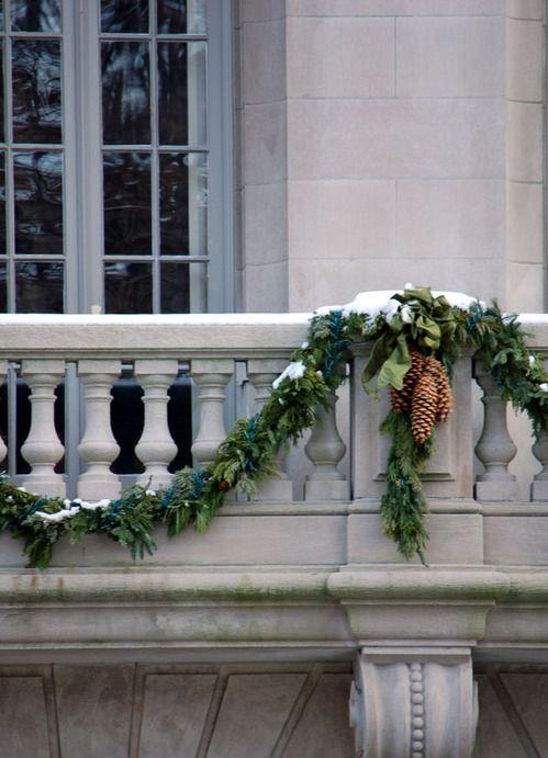 ghirlande verdi con pigne renderanno il tuo balcone più festoso e pronto per le vacanze