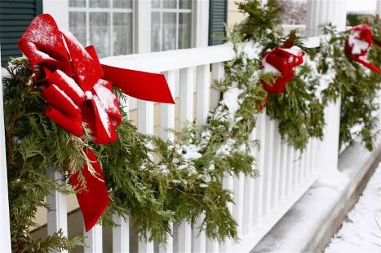 semplici ghirlande sempreverdi con fiocchi rossi sono decorazioni tradizionali per l'inverno e le vacanze e sono facili da attaccare