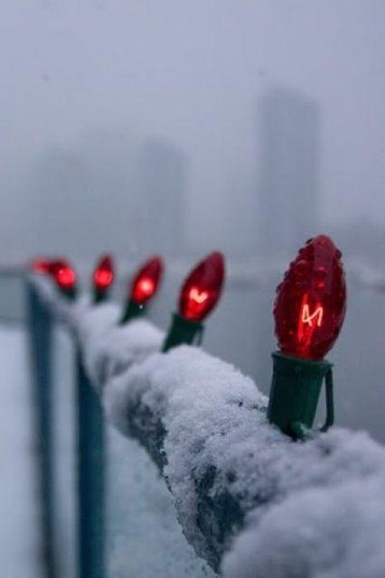 semplici lampadine rosse attaccate alla ringhiera renderanno il tuo balcone molto più festoso e fresco