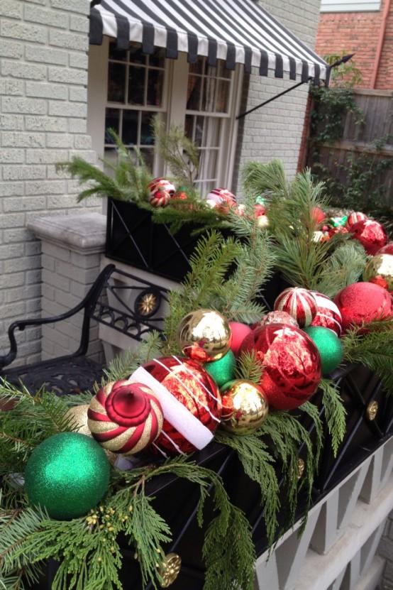 una scatola con lussureggianti sempreverdi e colorati ornamenti natalizi è un'ottima idea per l'arredamento delle vacanze