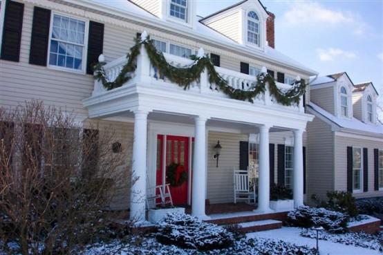 semplici ghirlande sempreverdi sul balcone lo rendono più simile a una vacanza e decorano con un'atmosfera naturale