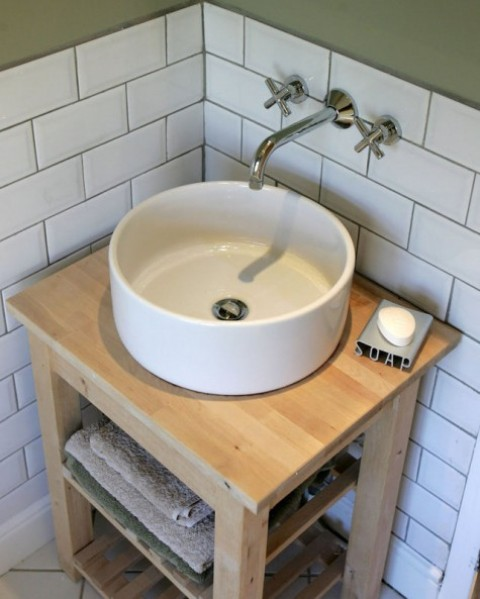 un carrello da cucina Ikea Bekvam e un lavello da appoggio Tornviken trasformati in un elegante mobile da toeletta con un lavandino a ciotola