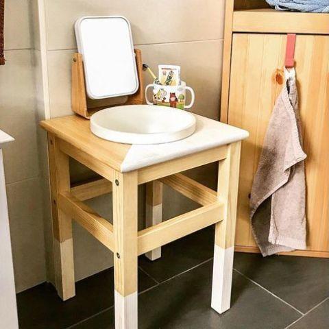 un lavabo a blocchi di colore per bambini realizzato con uno sgabello IKEA Oddvar è un'idea moderna chic e audace