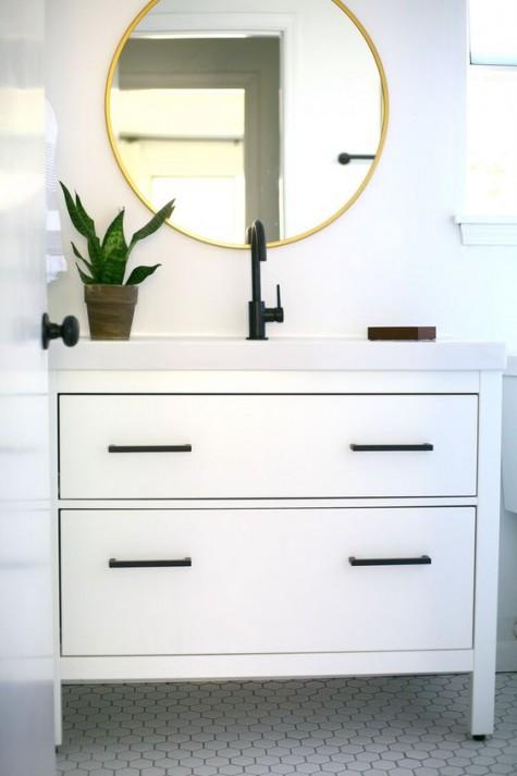 un mobile lavabo Ikea Hemnes a 2 cassetti con eleganti maniglie nere e piano di lavoro bianco