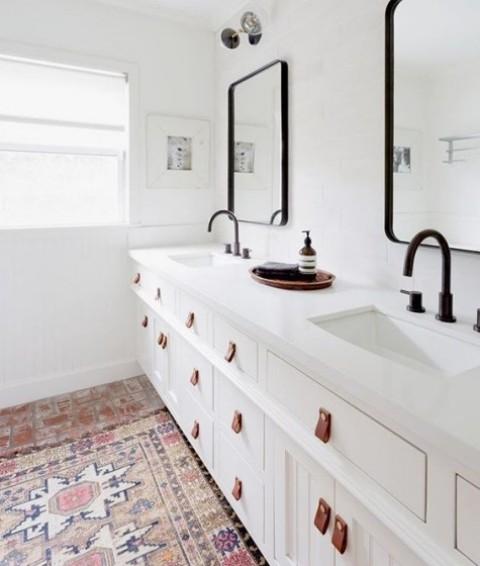 I mobili lavabo Ikea Hemnes arricchiti con maniglie in pelle sono una splendida idea per un bagno