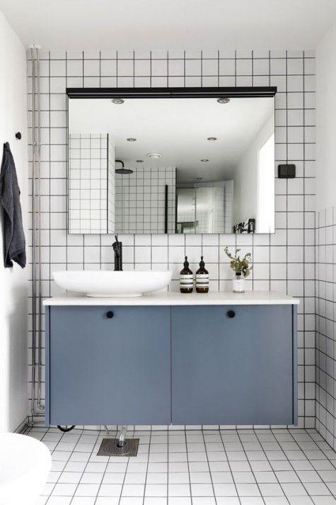 Gli armadi IKEA Metod sono verniciati in grigio ardesia e utilizzati come mobile da bagno sospeso