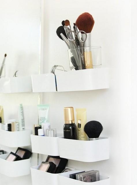 un sistema Ikea Pluggis viene utilizzato per creare la soluzione perfetta per conservare il trucco nel tuo bagno