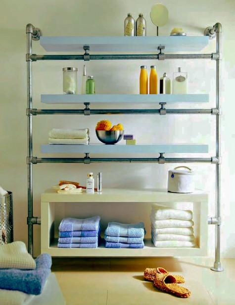 Mensole Ikea Lack e tubi e raccordi zincati si sono trasformati in uno scaffale elegante e chic per un ampio bagno