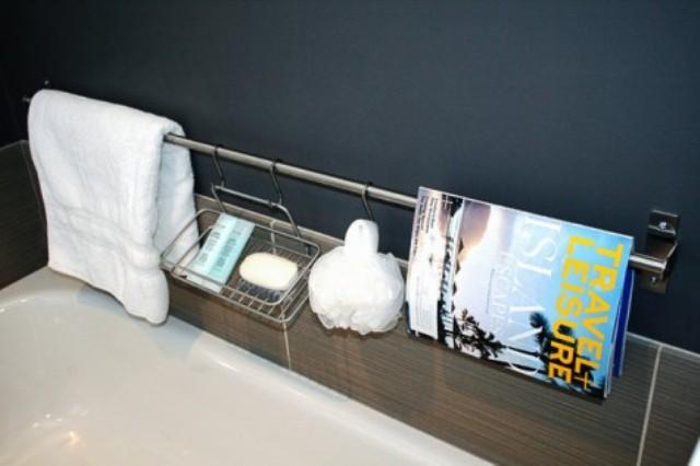 un binario Ikea Grundtal più alcuni contenitori possono essere utilizzati come un semplice e semplice contenitore per la doccia