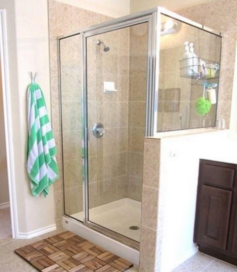 Il decking Ikea Platta inciso in un tappetino da bagno termale, tutto naturale e chic, aggiungerà un tocco rustico allo spazio