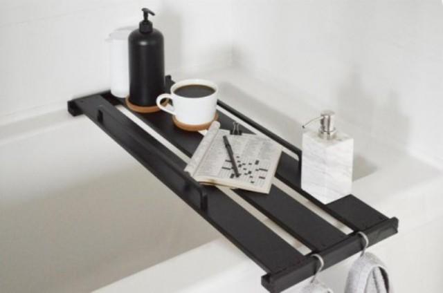 una mensola libreria Ikea Hejne trasformata in un elegante vassoio da vasca e macchiata di scuro