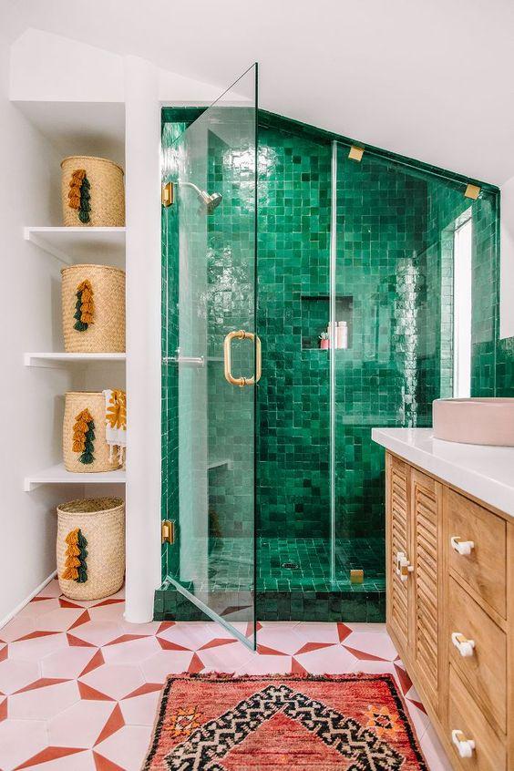 un bagno mansardato boho con uno spazio doccia piastrellato color smeraldo che spicca davvero