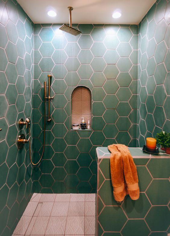 piastrelle esagonali verdi con malta di rame compongono uno spazio bagno chic e audace