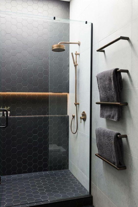 piastrelle esagonali nere opache accentate con malta neutra e abbinate a piastrelle neutre su larga scala
