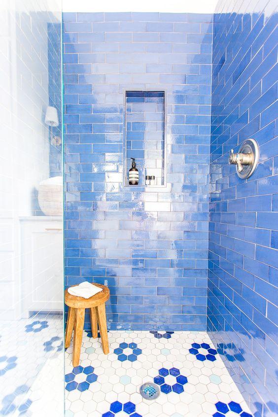 piastrelle blu brillante e quelle esagonali con accenti floreali blu che evidenziano il colore delle pareti