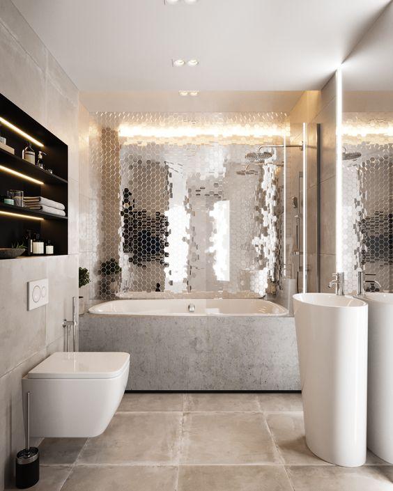 una dichiarazione riflettente della parete delle mattonelle esagonali rinfresca e nelivens il bagno neutro fatto con pietra