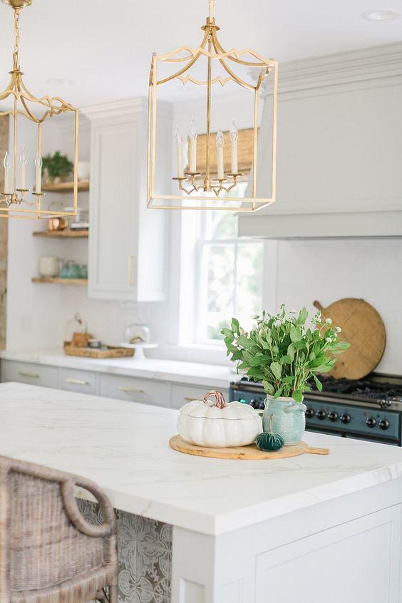 il moderno chic ed elegante assume i tradizionali lampadari a candela con incorniciatura che conferisce un effetto wow allo spazio