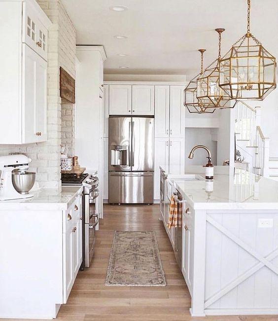 Le lampade a sospensione geometriche in ottone sono ideali per uno spazio chic con un'estetica tradizionale e aggiungono un tocco raffinato ad esso