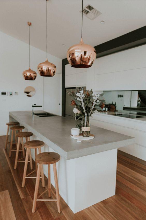 le lampade a sospensione in rame aggiungono un tocco metallico e conferiscono alla cucina un aspetto audace, chic e accattivante