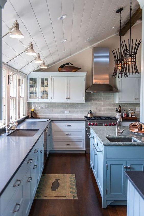 una bella cucina costiera dotata di luci da parete e soffitto per rendere l'intero spazio pieno di vita