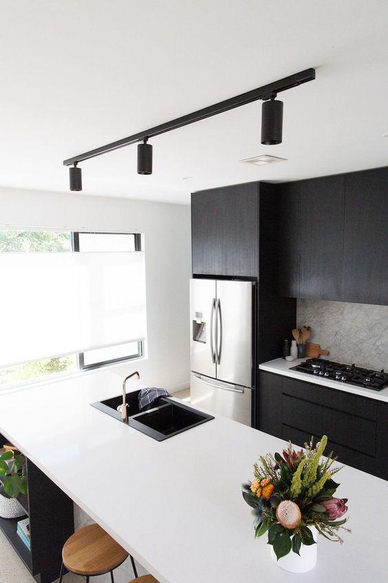 l'illuminazione a binario è un'idea moderna e audace per qualsiasi cucina, è molto chic e molto funzionale e porta molta luce