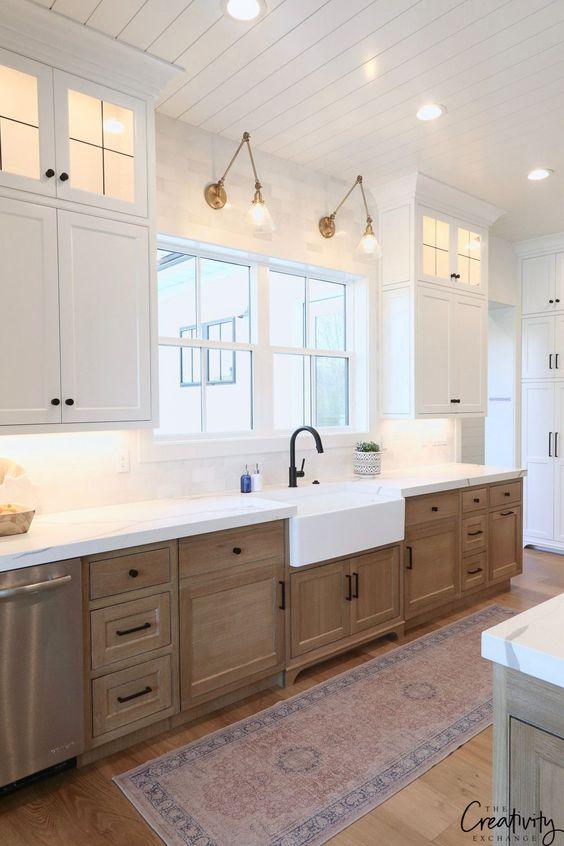 lampade da parete e plafoniere più luci sopra i controsoffitti rendono la cucina molto luminosa