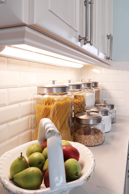 installare alcune lampade o luci a LED sotto i mobili per illuminare tutti i controsoffitti