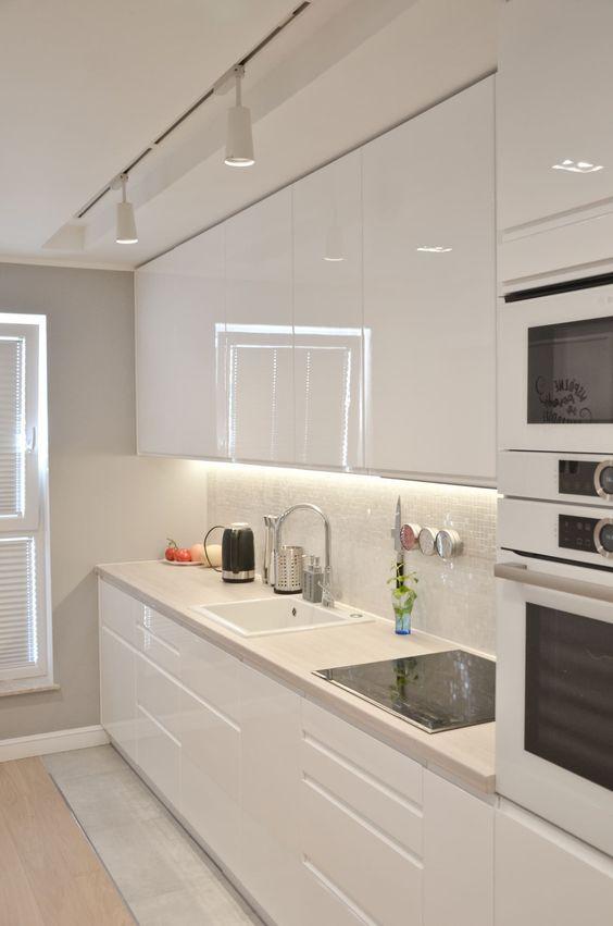 tali luci incorporate sopra gli armadietti sono molto funzionali e vedrai tutto ciò che stai cucinando