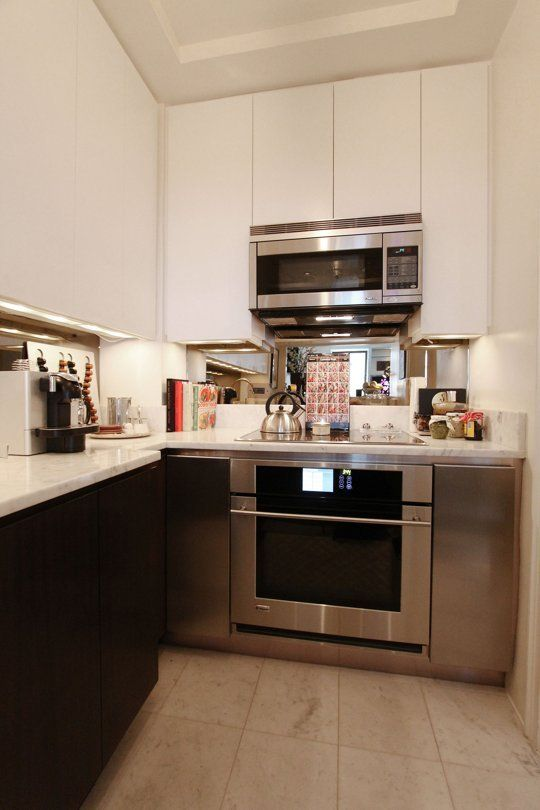le luci sotto il mobile sono una bella idea per una cucina molto piccola, dove non puoi appendere un lampadario di tendenza