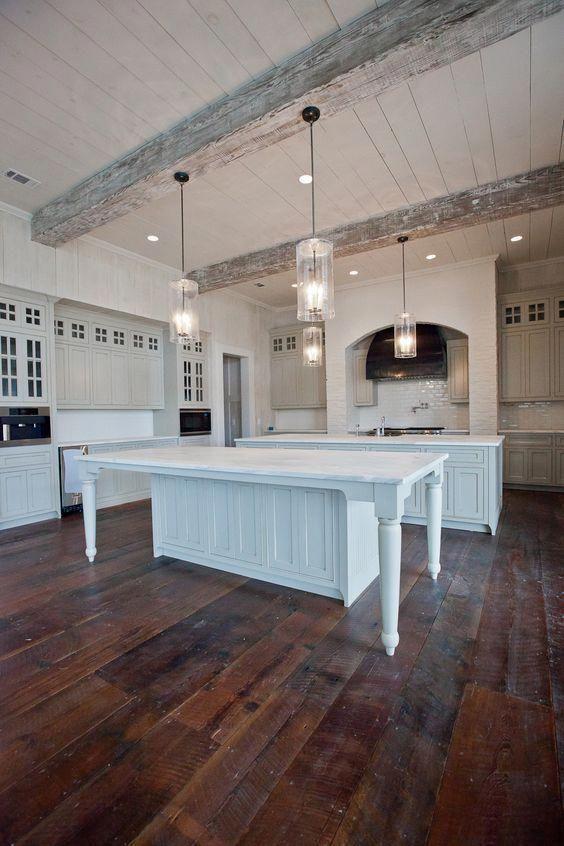 plafoniere e lampade a sospensione originali modernizzano la cucina della fattoria realizzata in bianco