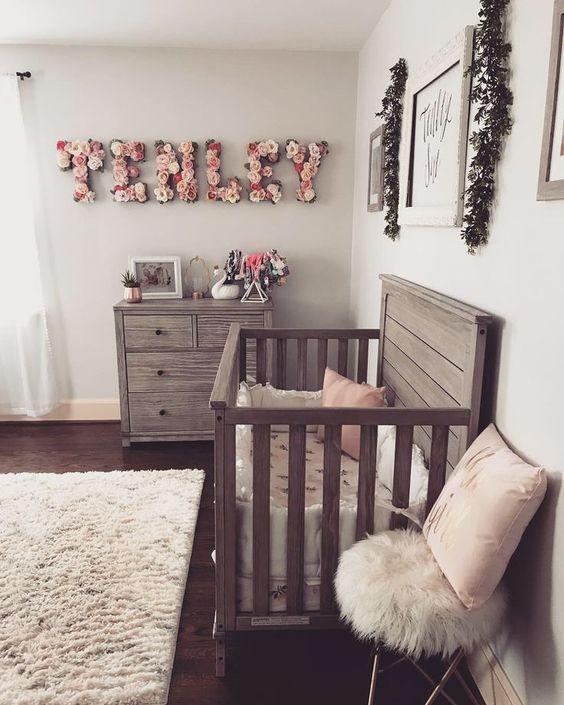 una fattoria chic incontra un cameretta vintage e boho con mobili in legno di recupero, un nome floreale, soffici tappeti e opere d'arte