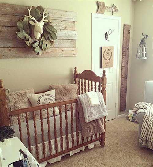 un piccolo cameretta di fattoria vintage con opere d'arte in legno di recupero, una culla vintage, tappeti e mobili accoglienti