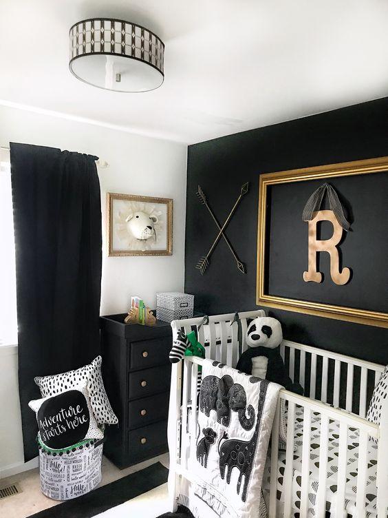 una stanza in bianco e nero con un muro di accento, un comò e tende nere e un tappeto a righe è uno spazio fresco e audace