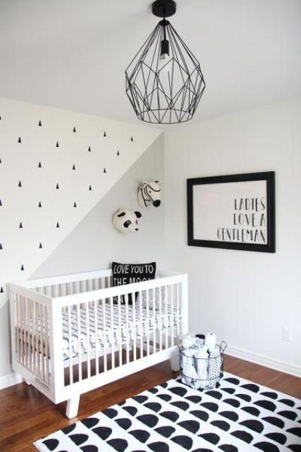 un semplice cameretta contemporaneo con un tappeto e una parete stampati, un'opera d'arte grpahic e una lampada nera geometrica