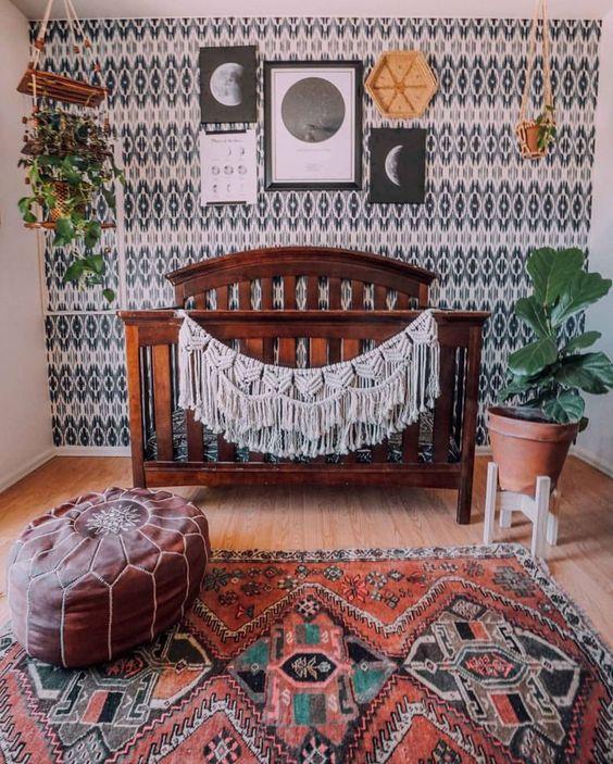 un elegante cameretta boho con un muro stampato monocromatico, un muro della galleria, vegetazione in vaso, un tappeto boho e un ottomano in pelle