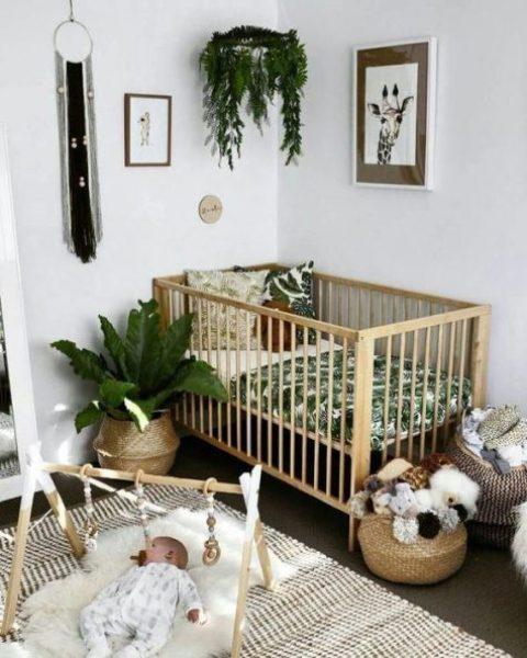 un cameretta tropicale boho con biancheria da letto tropicale, cestini per la conservazione, tappeti stampati, vegetazione in vaso