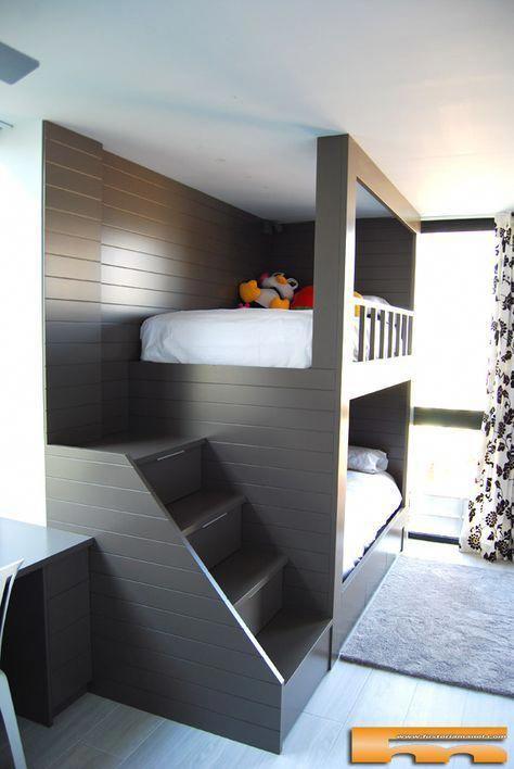 un letto ubnk tinto scuro con una scala e lampade da parete alla testata del letto
