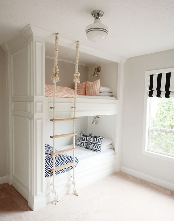 i letti a castello da incasso con una scala di corda appesa al soffitto costituiscono uno spazio accogliente e carino per dormire