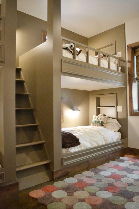 accoglienti letti a castello grigi con una grande scala e lampade da parete per rendere confortevole la lettura