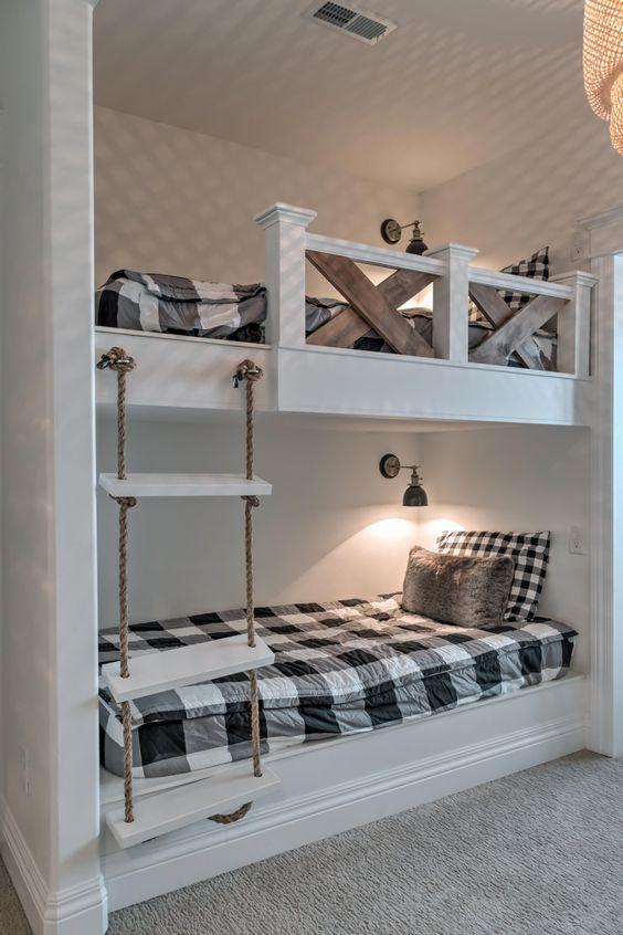 letti a castello rustici vintage con scala in corda, lampade da parete e ringhiera in legno tinto per sicurezza
