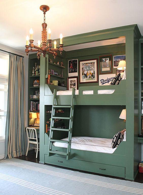 eleganti letti a castello verdi con cassetti portaoggetti integrati, una scala, lampade da parete e una galleria a muro