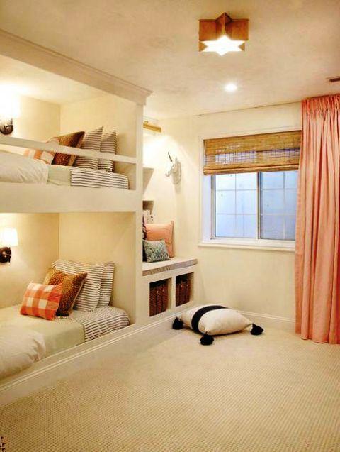 letti a castello bianchi da incasso con lampade da parete e ringhiera lungo il letto superiore per mantenere il bambino al sicuro