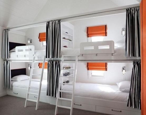 un funzionale letto a castello per bambini realizzato in bianco, grigio e con accenti arancioni, con scale e luci