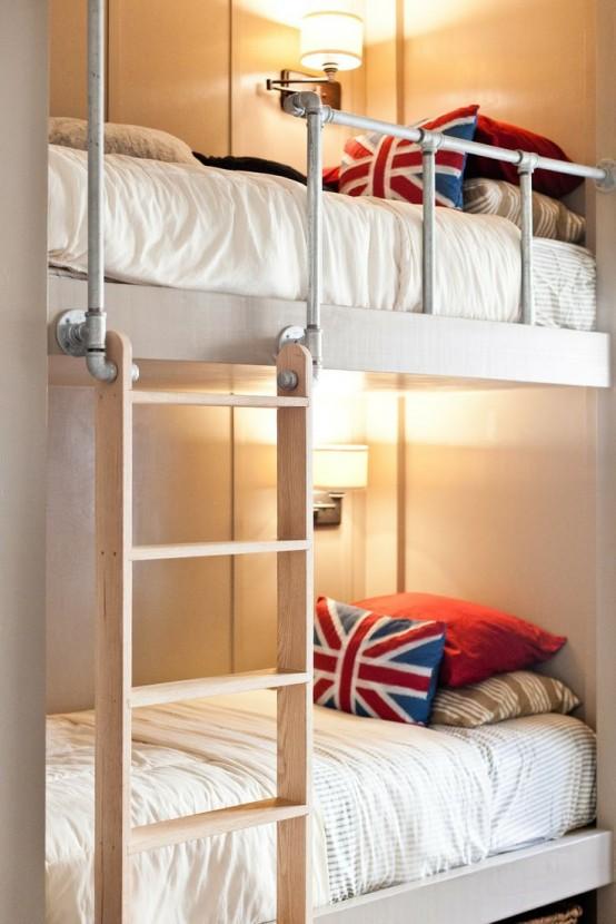 letti a castello neutri e ringhiera a tubo, applique, una scala in legno e cuscini luminosi per un accento colorato