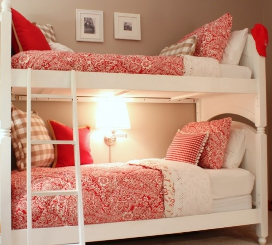un letto a castello bianco di ispirazione vintage con una scala sottile, una lampada da parete e alcune opere d'arte
